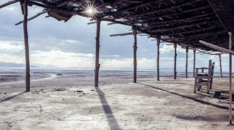 """imagem do lago iraniano seco na matéria """"Sede de terra"""""""