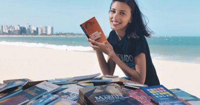 Jovem monta biblioteca pública em praia do Espírito Santo