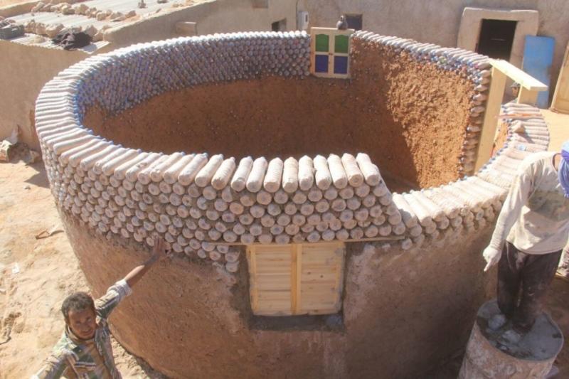 Refugiado constrói casas com garrafas plásticas, mais resistentes ao clima do deserto