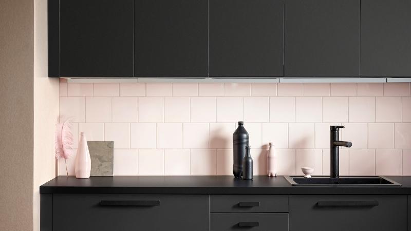 Armário de cozinha é feito com resíduos de madeira e garrafas PET recicladas