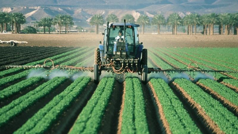 pesticidas sendo pulverizados na lavoura