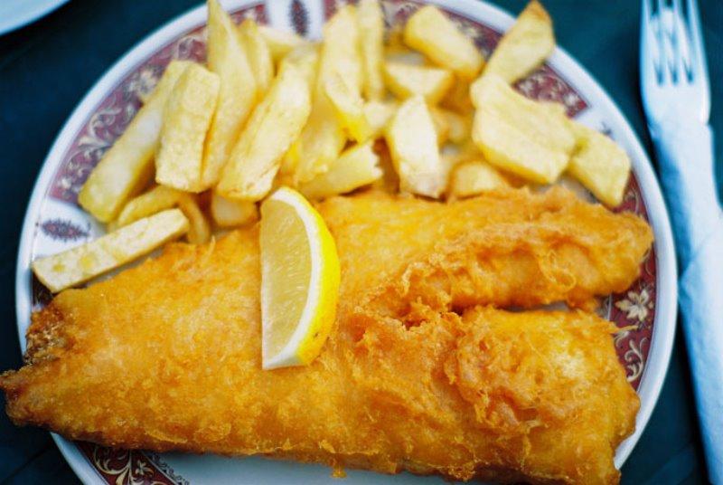 Peixe, batata frita e…plástico!