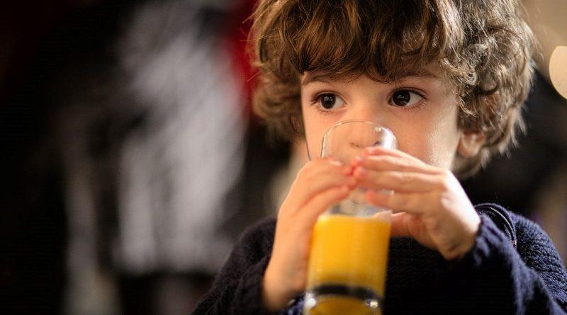 Bebês só devem tomar suco de fruta depois de um ano, diz nova recomendação de pediatras americanos
