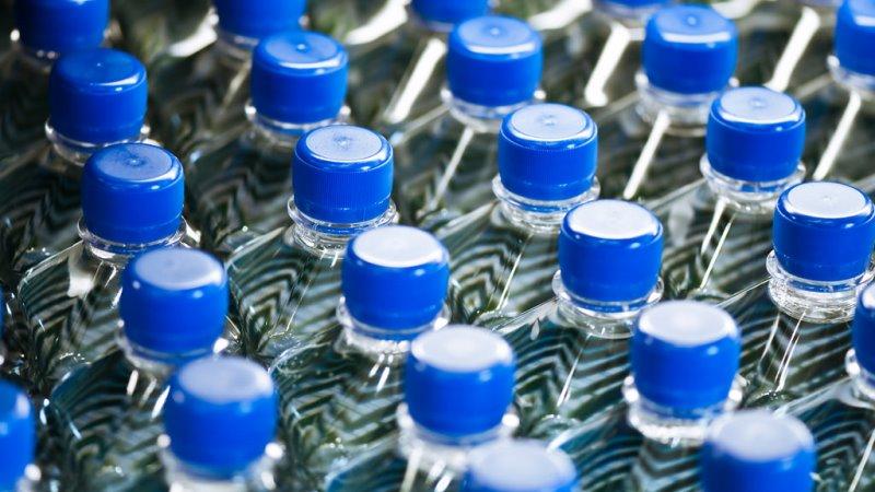 Um milhão de garrafas plásticas são vendidas por minuto no planeta