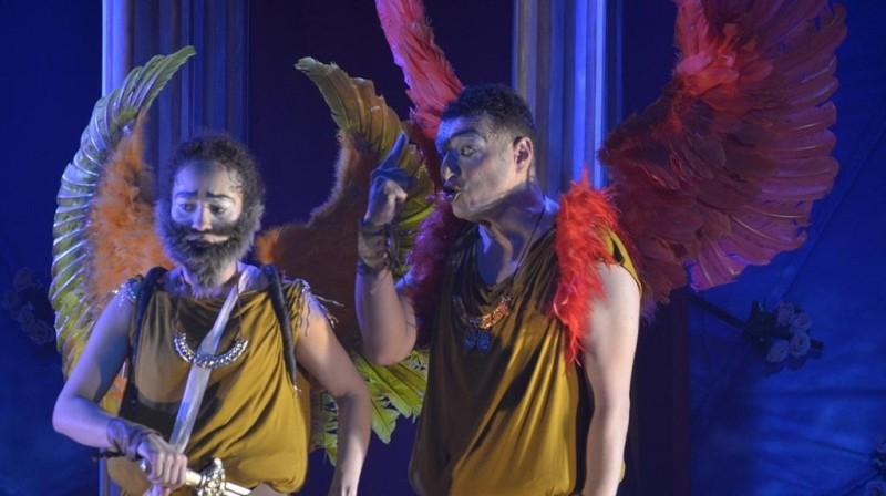 atores vestindo asas
