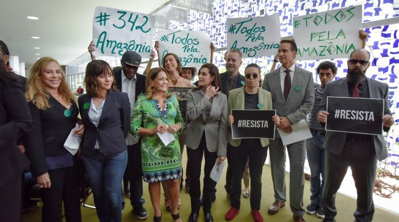 artistas entregam 1,5 milhão de assinaturas pela Amazônia no Congresso