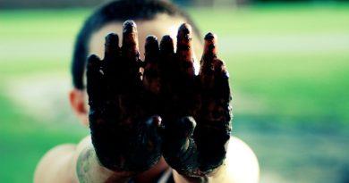 criança suja de lama