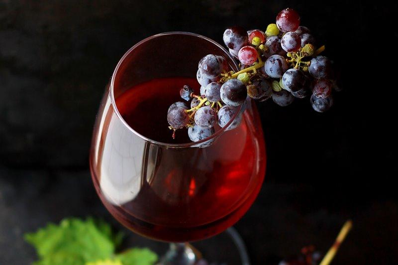 Chocolate amargo, uva e vinho tinto têm substância química que rejuvenesce células