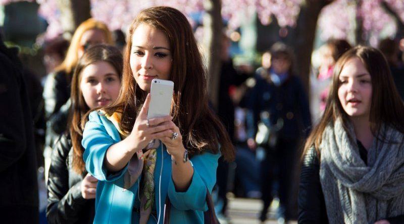 França proíbe uso de celulares em escolas