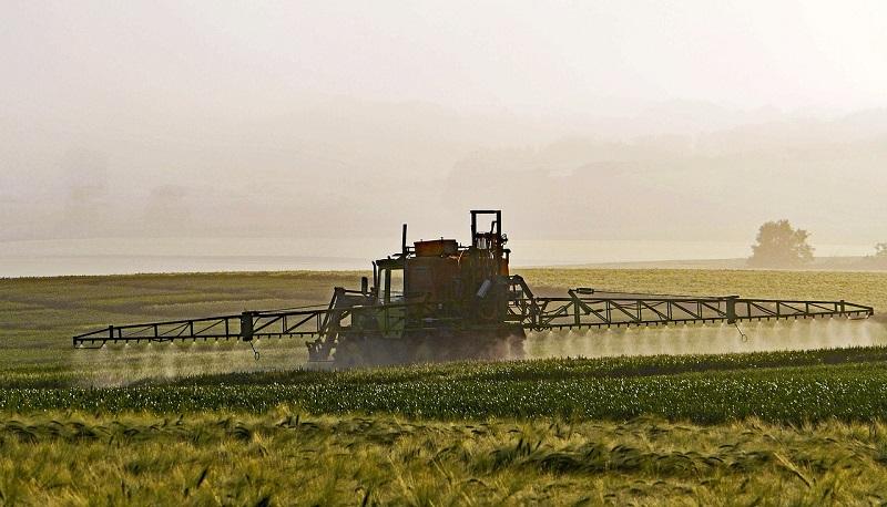 Exposição a pesticidas eleva risco de desenvolvimento de Parkinson, revela estudo