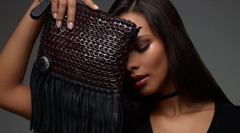 Bolsas de artesãs de Salvador feitas com anéis de latas recicladas viram artigo de luxo e ganham o mundo