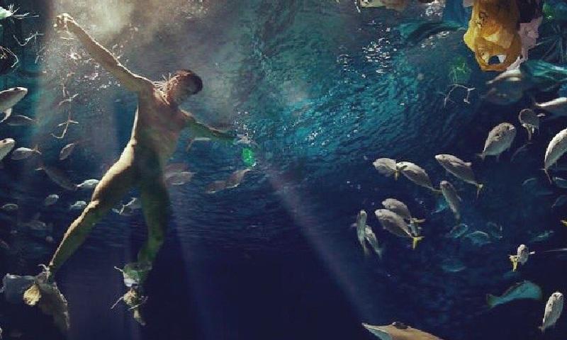 tor Victor Fasano aparece nu e afogado em foto-protesto contra lixo nos oceanos