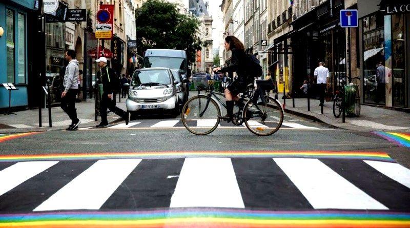 Em Paris, faixas pintadas em homenagem à Parada LGBT tornam-se permanentes depois de vandalismo