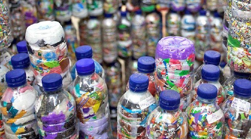 Ecobrics: garrafas PET recheadas com lixo plástico viram tijolo ecológico nas Filipinas