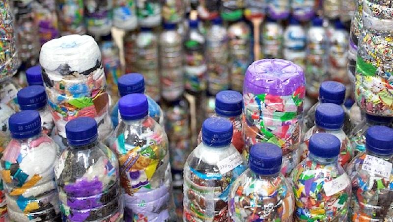 Ecobric: garrafas PET recheadas com lixo plástico viram tijolo ecológico nas Filipinas
