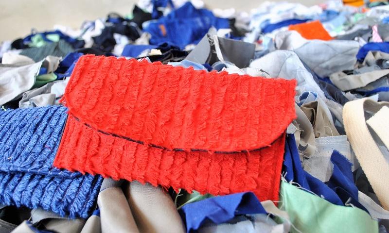Retalhos de tecidos que iriam para o lixo viram bolsas e carteiras pela marca catarinense Funcionárias