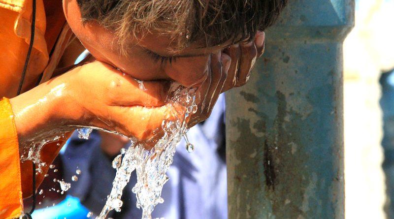 2,1 bilhões de pessoas não têm acesso à água potável e 4,3 bilhões não dispõem de saneamento básico