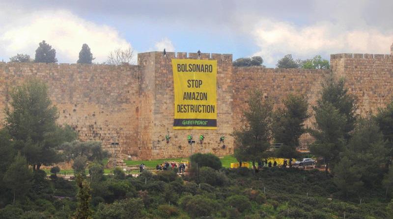 Bolsonaro enfrenta protesto pela proteção da Amazônia em Jerusalém