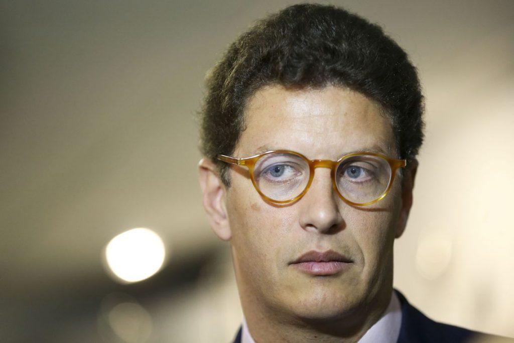 Delegado da PF responsável por apreensão recorde de madeira entra com notícia-crime contra Salles no Supremo Tribunal Federal