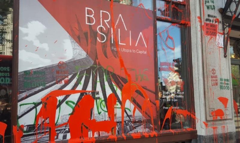 Embaixada do Brasil em Londres é alvo de protestos contra política ambiental do governo