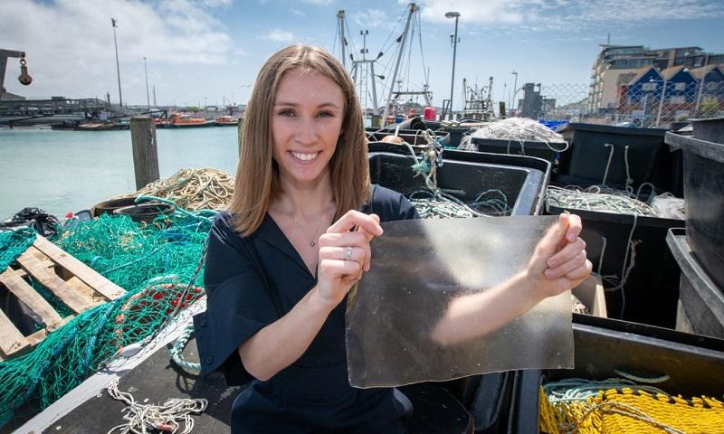 Estudante cria plástico biodegradável com escamas e peles de peixes que normalmente vão para o lixo