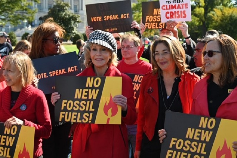 Aos 82 anos, Jane Fonda é presa ao protestar pelo clima, em frente ao congresso americano