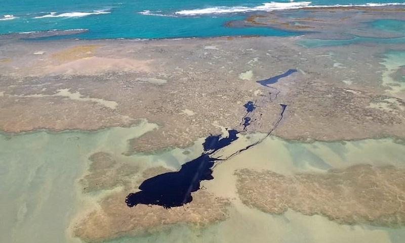 Mancha de óleo chega a região de corais e algumas das praias mais famosas dos litorais da Bahia e de Alagoas