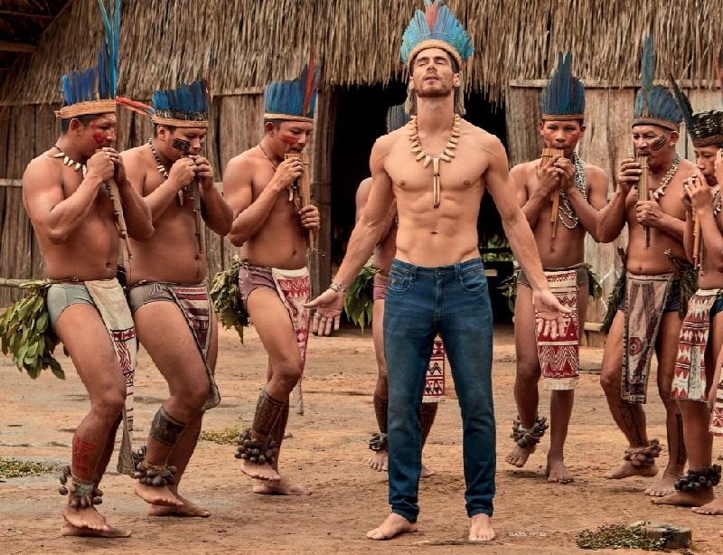 Marca de jeans recebe duras críticas por campanha com modelos brancos desfilando em tribo indígena