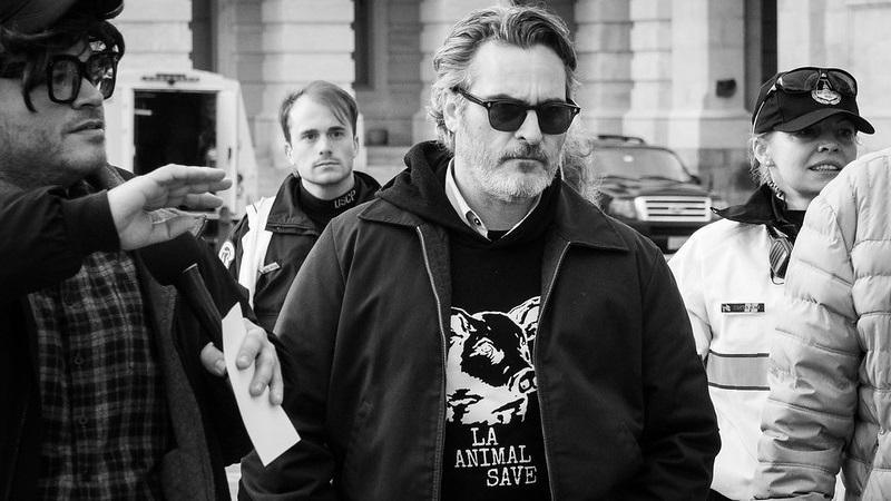 Joaquin Phoenix e Martin Sheen são detidos em protesto contra crise climática, junto com Jane Fonda