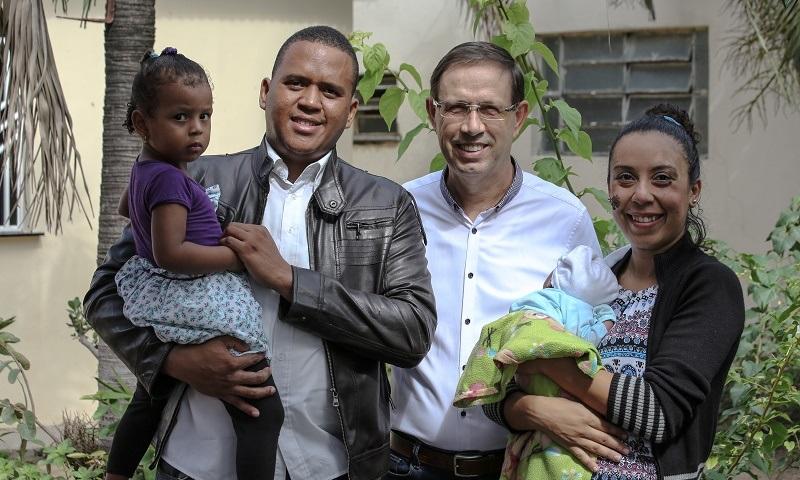 Idealizado pelo empresário Carlos Wizard, projeto acolhe e ajuda refugiados venezuelanos a encontrar emprego no Brasil