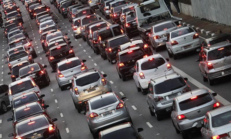 Projeto de lei propõe fim da venda de veículos movidos a gasolina e diesel no Brasil a partir de 2030