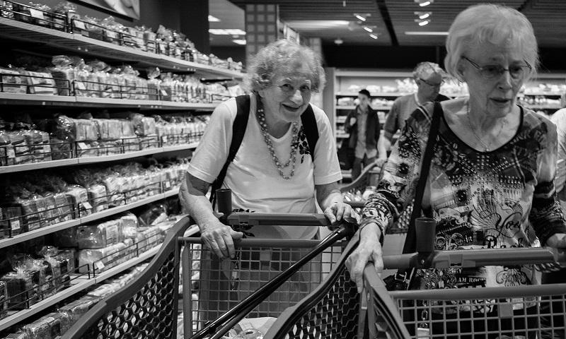 Supermercados em diversos países criam horário exclusivo para idosos para protegê-los do coronavírus