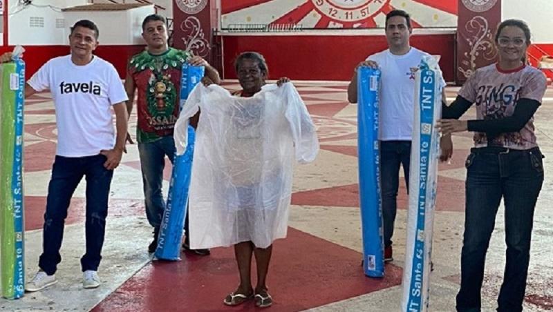 Costureiras das Escolas de Samba do Rio de Janeiro fazem máscaras e aventais para profissionais de saúde e moradores de comunidades
