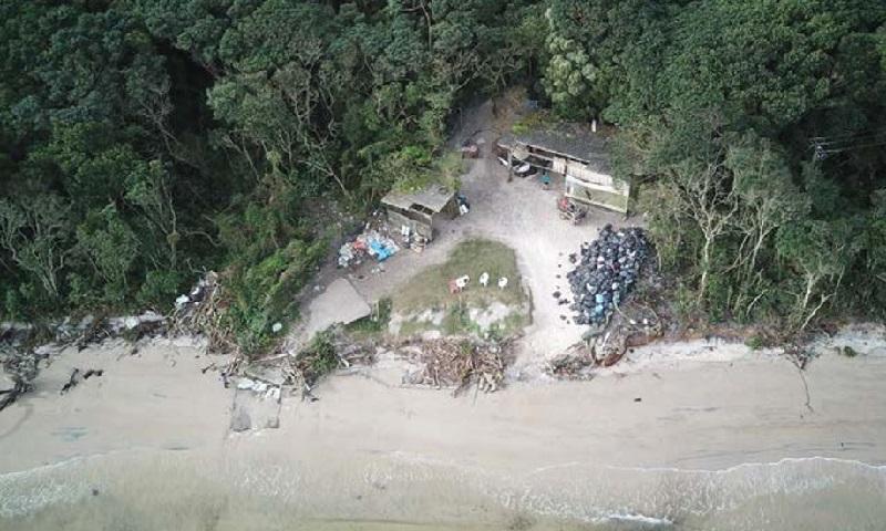 O descaso estarrecedor ao despejo de lixo em um dos principais pontos turísticos do Paraná: a Ilha do Mel