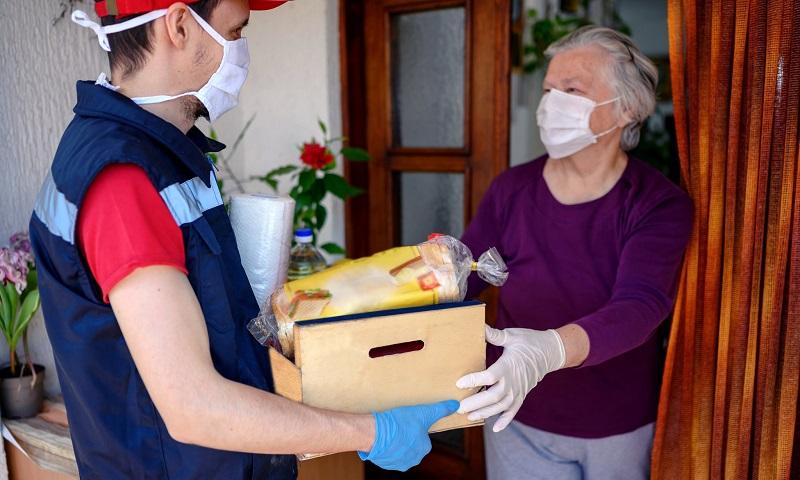 Para estimular economia local e levar alimentos para idosos durante quarentena, Califórnia lança programa de entrega de refeições gratuitas