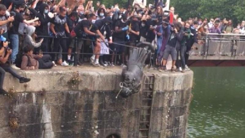 Estátua de escravagista é derrubada na Inglaterra, em um dos muitos protestos contra o racismo que tomaram as ruas do mundo inteiro