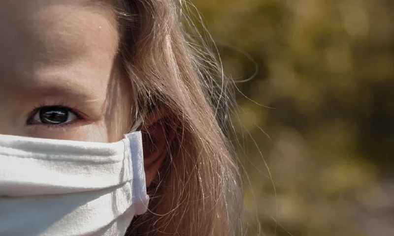Crianças infectadas pelo coronavírus podem apresentar carga viral mais alta que adultos, revela novo estudo
