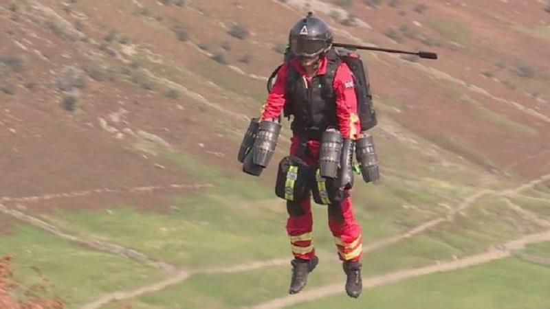 Ingleses testam 'traje voador' para ser usado por paramédicos em resgates de emergência