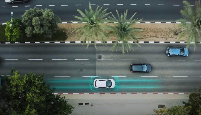"""Israel inicia projeto piloto de rua """"elétrica"""", que recarrega veículos remotamente"""