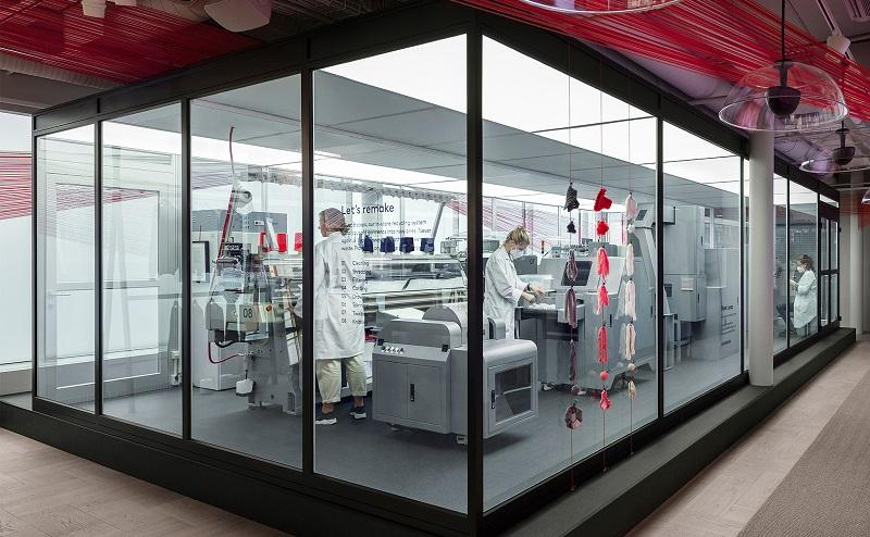 H&M inaugura loja na Suécia onde os clientes podem trazer uma roupa velha e reciclar por uma nova em poucas horas