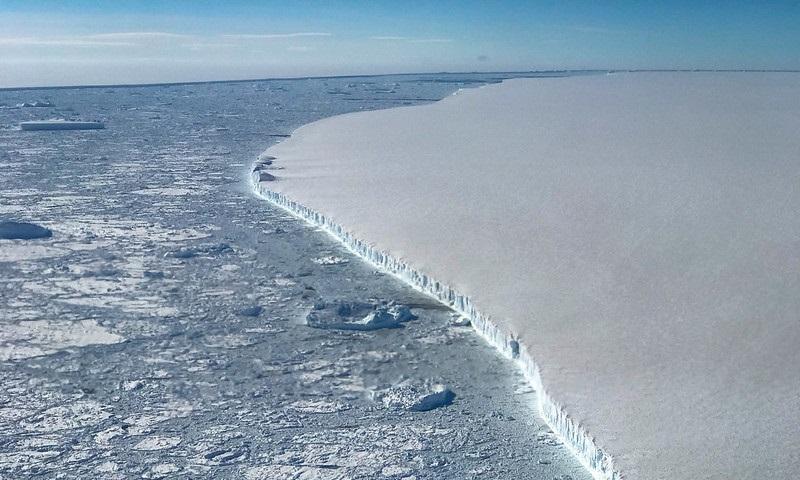 Um dos maiores icebergs do mundo, que se desprendeu da Antártica, pode atingir área de preservação ambiental no Atlântico Sul