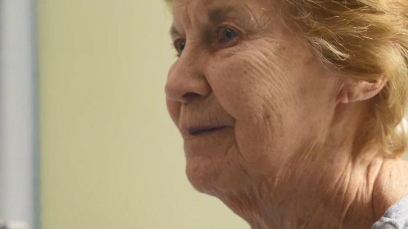 Maggie Keenan, de 90 anos, é a primeira pessoa da Inglaterra a receber a vacina contra o coronavírus
