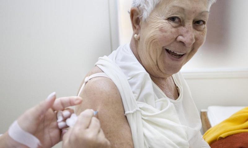 Profissionais de saúde, idosos e indígenas serão primeiros a receberem vacina contra o coronavírus a ser aprovada no Brasil