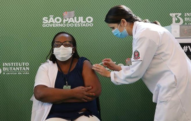 A enfermeira Mônica Calazans é a primeira brasileira a ser vacinada contra a COVID-19 no país