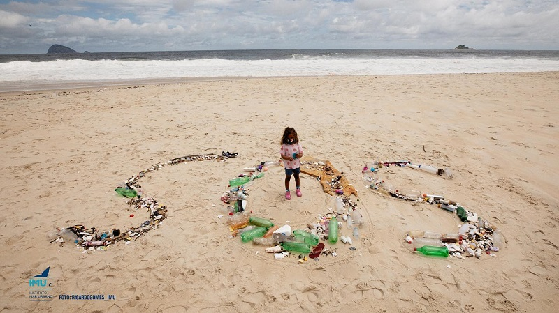 Chuva dos últimos dias escancara na praia de São Conrado, no Rio de Janeiro, o problema do lixo plástico nos oceanos