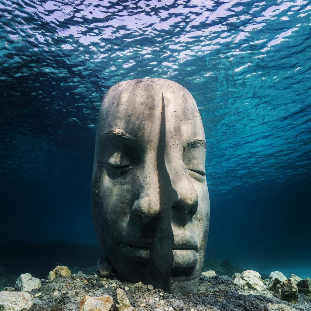 Esculturas gigantes em novo museu submarino são metáfora da fragilidade e da força dos oceanos