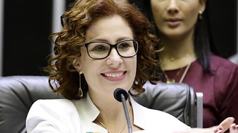 Carla Zambelli, presidente da Comissão de Meio Ambiente da Câmara, tenta bloquear projeto pelos direitos dos animais