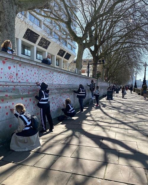 Britânicos criam memorial com milhares de corações para homenagear vítimas da Covid-19