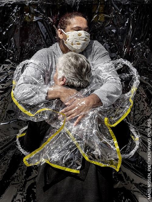 Flagrante de abraço emocionado feito no Brasil durante a pandemia leva prêmio principal do World Press Photo