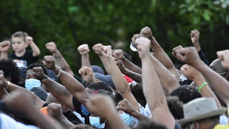 Condenação de policial que matou George Floyd é marco histórico na luta contra a violência a negros nos Estados Unidos